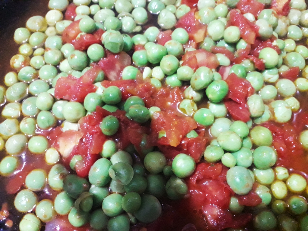 Fresh Green Peas merged with slices of Tomatoes